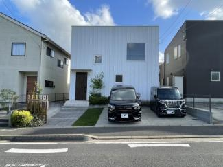白いキューブ型のデザイン住宅!