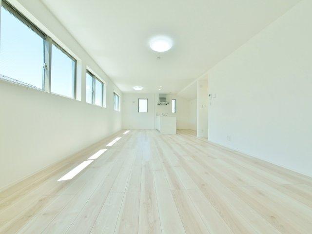 南にワイドに開口部を設け明るく開放的な20帖のLDK リビング続き間の和室を開放すると24.5帖のプレミアムな空間になります(2号棟)