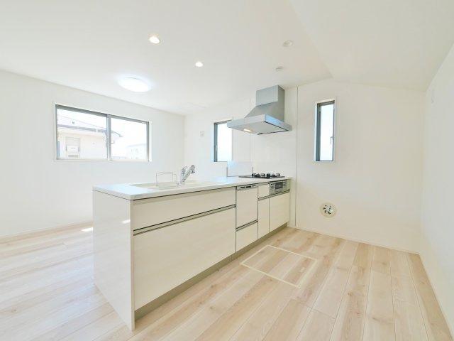 人気の対面キッチン 食器洗乾燥機・ガラストップコンロを備えたハイスペックなキッチンです(2号棟)