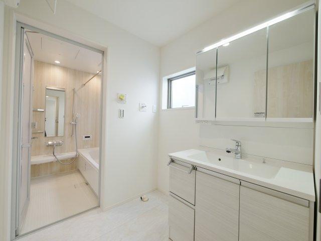 使い勝手のよい三面鏡の洗面台 収納スペースもしっかりあるので水回りをキレイにお使いいただけます 洗面室も広々としているのでお子様との入浴にも便利です(2号棟)