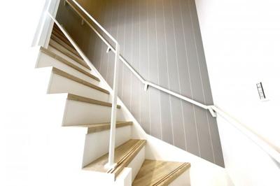 玄関から見える、お洒落な手摺の吹抜け階段です。