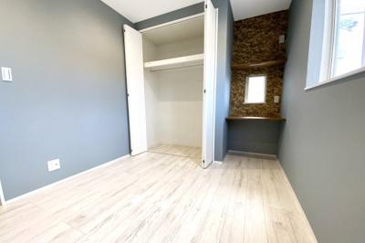《洋室5.16帖:西側》子供部屋にぴったり!壁付けデスクコーナーのあるお部屋が2部屋あります。