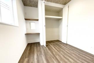 《洋室5.16帖:東側》全室に収納がしっかり完備されているので、お部屋が広く利用できます。