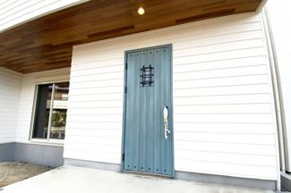 木目の軒天と、シャービーシックな玄関ドアでお洒落な外観になっています。