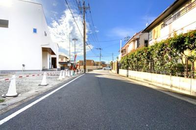 【前道幅員6m】運転が苦手な方でも、前道が広く駐車がラクラク安心です。