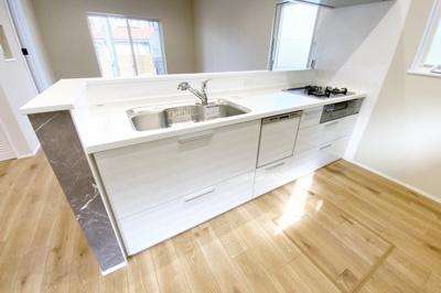 対面式のシステムキッチンは奥様に嬉しい《食器洗浄乾燥機付》環境にも手にも優しい設備です。