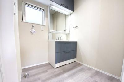 ワイドタイプでお洒落な洗面化粧台は収納たっぷり!吊戸棚や三面鏡の裏側まで収納になっていて小物がたくさん片付けられます。