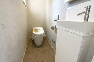 タンクレストイレで室内スッキリ!手洗い別で、小さいお子様やご年配の方でも便利です。
