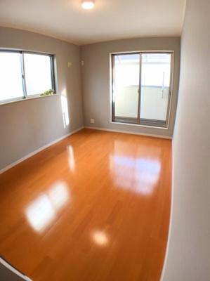 2階南東側約6.5帖の洋室です♪ 2面採光の為とても明るいですよ♪