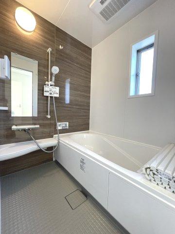 トイレに窓がついてるのは嬉しいです! 便利な温水洗浄便座、タオル掛け、小さい収納、小窓ありで、白基調で清潔感あります!