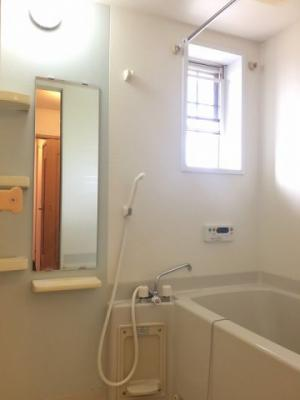 追い焚き機能と浴室乾燥機付きです。