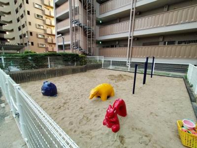 マンション敷地内には遊具のある遊び場がございます。柵もあり小さなお子様を安心して遊ばす事ができますね♪