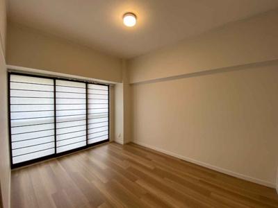 洋室(6.0帖):障子戸のある和モダンな雰囲気の洋室です。 南向きバルコニーにめんしており明るいお部屋です。