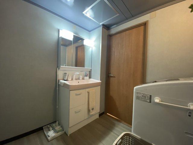 ゆとりあるパウダールームは、とても使い勝手が良いもの。  収納スペースが豊富の独立洗面台は、使い勝手が良くすっきりした空間に。