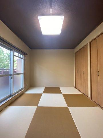収納スペースを大きく確保されたお部屋は、おしゃれな雰囲気で来客用やキッズスペースにも活用できます。押入もあるので、いつでも気持ち良く整理整頓ができますね。