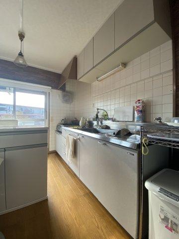 収納豊富なキッチンはきれいに整理整頓もしやすくて嬉しいポイント 窓から差し込む陽光で、キッチン周りも明るい印象です。