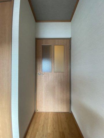 採光が入りやすい扉を採用しておりますので部屋中陽の光を感じられそう。 こだわりの感じられる内装。