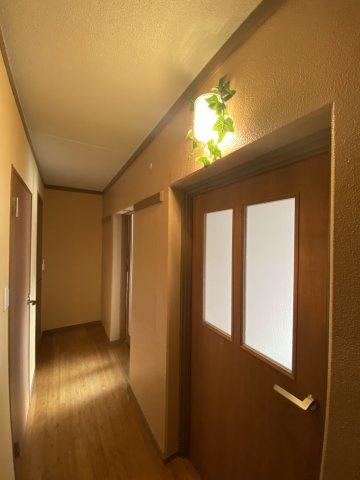 リビングダイニングからの光も玄関まで届き、暗くなりがちな廊下も明るい印象です 木のぬくもりを感じらえる空間となっております。