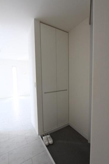 玄関横には、天井まであるシューズボックス付きで家族分を収納 玄関スペースはいつでもきれいな空間に。