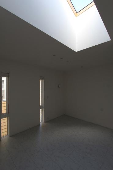 吹抜けがあり開放的な空間に 採光も入りやすいので天窓からの光が日中降り注ぎます 白を基調としたリビングダイニングは清潔感が漂いますね