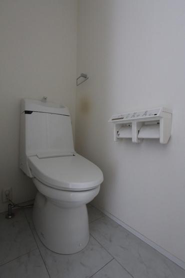 温水洗浄便座付きの快適なトイレスペース。トイレホルダーは2つ付きで便利です。