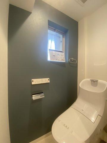 トイレは新規交換済で、気持ちよく新生活を迎えられますね。お掃除も楽々な上、紙代の節約にもなる大変ニーズの高い温水洗浄便座を採用しており、こもりがちな匂いも窓付きなので換気もスムーズですよ。