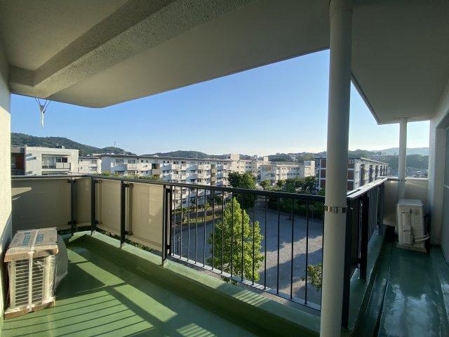 5階建て最上階のお住まいなので、澄み渡った青い空やキレイな夕焼けが一望出来ますよ。洗濯物もすぐ乾く南向きで、屋根付きなので急な天気の変化にも洗濯物が濡れずに済むのも嬉しいポイントです◎