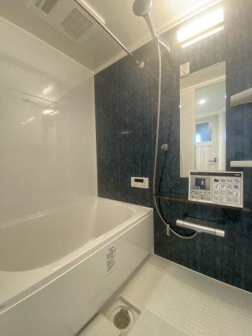 大きなシャワーヘッドと広いバスタブで一日の疲れを存分に癒して下さいね。浴室内には「浴室換気暖房乾燥機」が付いており、梅雨時期の洗濯物の乾きづらさも万時解決◎乾燥室としてご利用頂ける優れものです。