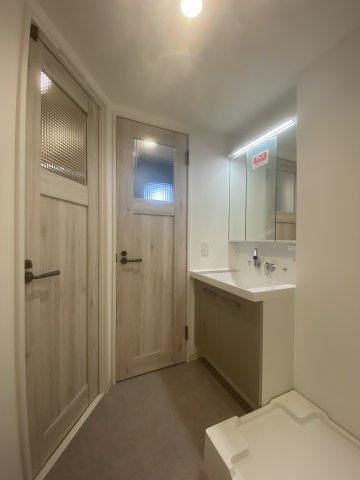 玄関入ってすぐ左側に洗面所がございますので、当たり前になりつつある手洗いがすぐ出来るのが嬉しいですね。鏡裏部分も収納になっており、細かいケア用品などスッキリ片付けられ便利です。