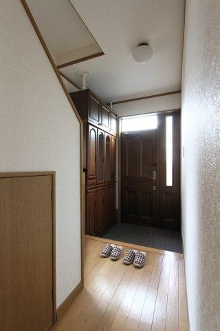 玄関ドアのスリットから光を取り入れた玄関ホール。大型シューズボックス付きなので、玄関はいつもすっきり。