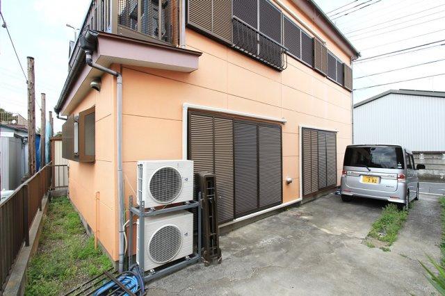 シャッター付きで雨風を防いで窓も汚れずうれしいポイントです。ゆとりのある駐車スペースは2台付き。