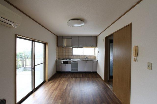 小窓付きで、手元も明るくお料理がしやすいですよ。窓があるので、熱がこもりがちなキッチン空間は換気もできて嬉しいポイントです。