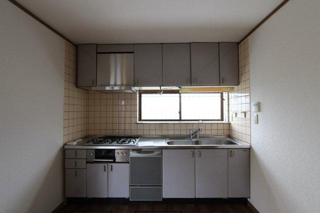 収納スペースが豊富でいつでもきれいな状態をキープできるキッチンまわり。お料理をしながら家族を近くに感じられるDKはいつでも明るい採光がはいりますよ。