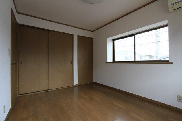 6帖で広々とした収納スペース付き。家具を配置してもゆとりある空間になりますよ。2面採光で明るい印象の居室となっております。