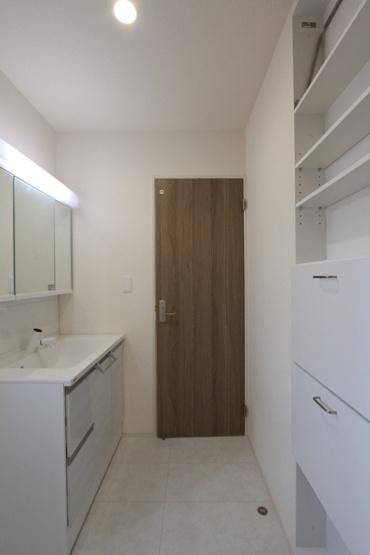 収納スペース豊富な化粧洗面台。サニタリー収納があったりと洗面の小物やタオルなどもスッキリ片付きそうですね。洗面台はゆとりある広さで、家族ならんで身支度もスムーズにできそう◎