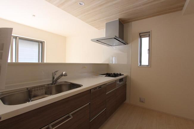 あると嬉しい食器洗浄乾燥機が完備されたシステムキッチン。家事も時短にもなります。3口コンロになっていてお料理もはかどりそうですね♪収納スペースも豊富です。