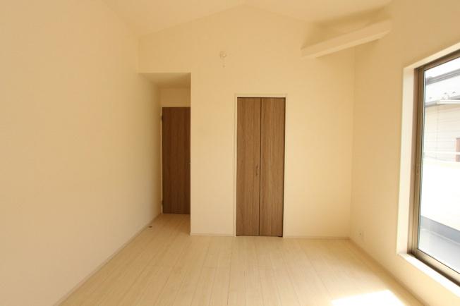 南向き窓からの陽光が心地良い洋室は落ち着いたプライベート時間が過ごせそう。バルコニーは2部屋から行き来できる続きバルコニーになってます。