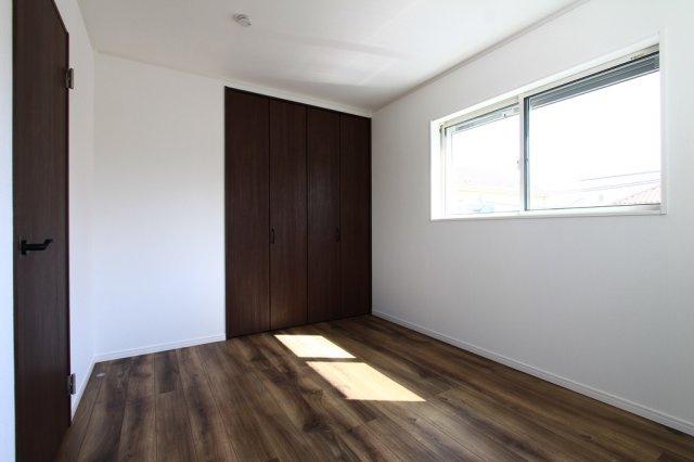 ご家族それぞれのお部屋の確保ができる4LDK。趣味のお部屋やテレワークスペースと多彩にご利用いただけます。2面採光で明るい陽射しが差し込む快適な室内環境。プライベート時間も確保ができる間取りです。