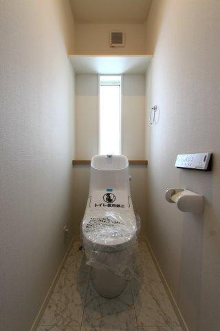 明るい室内を演出してくれる窓が備わり、こもりがちなトイレの換気することができますね。温水浄便座ならオールシーズン関係なく暖かい便座で快適に過ごせます。温水シャワーは、ペーパー使用数を減らせ衛生的です。