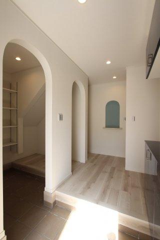 玄関入ったらすぐお洒落なデザインで、気持ちが高ぶる室内になっております。収納力が高いシューズクロークや玄関収納ですっきり綺麗な玄関を保つことができます。キャンプ用品やベビーカー置場にも困りません。