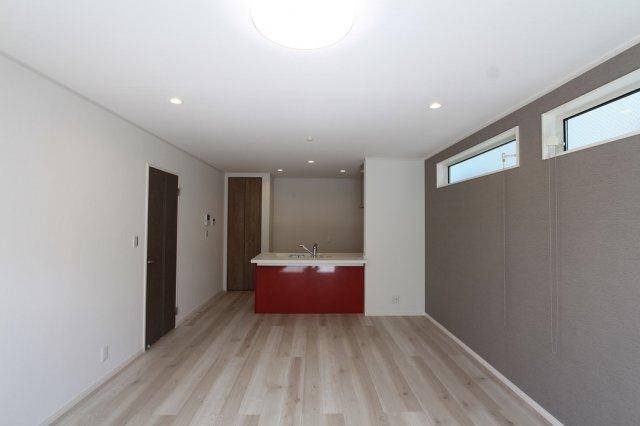 アクセントになる明るく赤いキッチン。毎日の家事を軽減してくれる食洗機や浄水器一体シャワー水栓仕様と暮らしを彩る充実した設備。綺麗で快適な住環境の新築戸建で新生活スタートはいかがでしょうか。