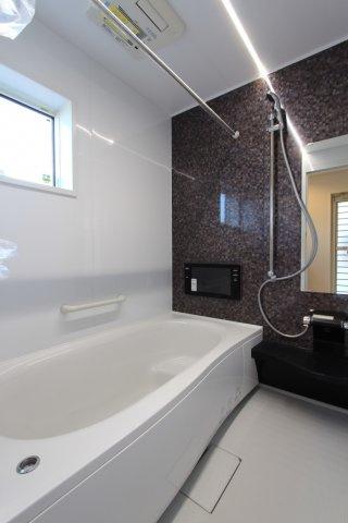 毎日の疲れを癒す浴室は広々1坪以上。大型浴室TV付き。TV時間を気にすることなく入浴ができ、半身浴なども楽しめる贅沢な設備仕様です。また、カビ防止や花粉・梅雨時期に大活躍の浴室乾燥機付き。