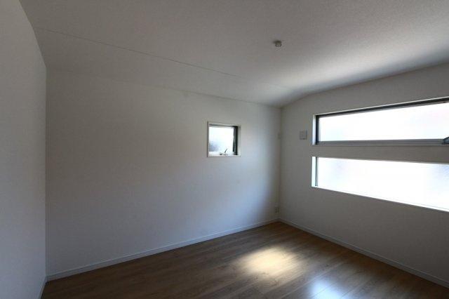 2階に4部屋の洋室がございます。 全室2面採光ですので、風通し、陽当たり良好です。