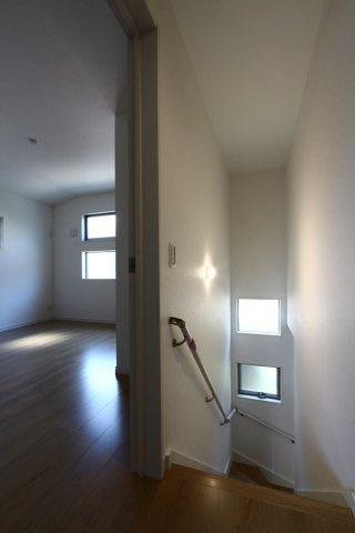 小窓から、綺麗な光が差し込むデザインは、室内にいるだけで心地良く、温かみのある住空間を演出してくれます。