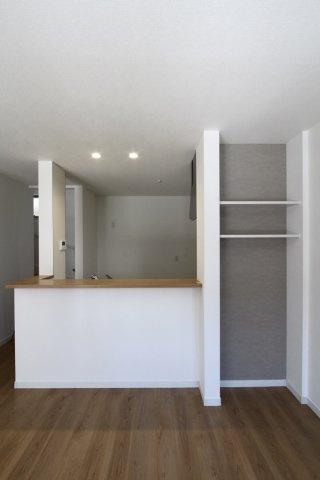 カウンターキッチンの横には、アクセントクロスを使用したラック付き。 お気に入りの小物や、写真を飾って自分らしい空間を作ることができますね。