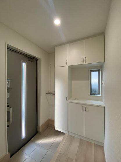 玄関には大容量の下駄箱収納が完備されています。散らかりがちな玄関もスッキリと片付く頼れる収納です。毎日の生活に役立ちますね。