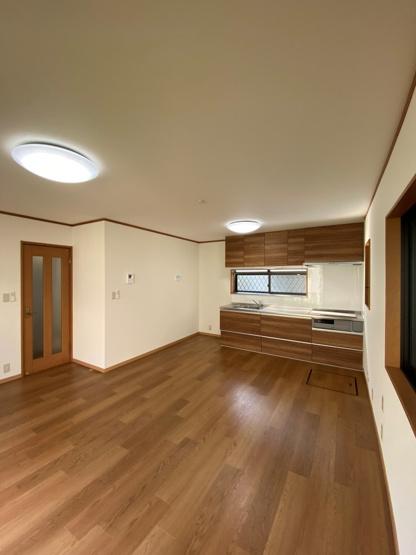 掃除がしやすく程よい広さのLDK13帖は、壁付けキッチンにより空間を最大限に利用し、開放感あるリビングに◎フローリングとキッチン、ドアなどの木目がナチュラルで一体感があります。
