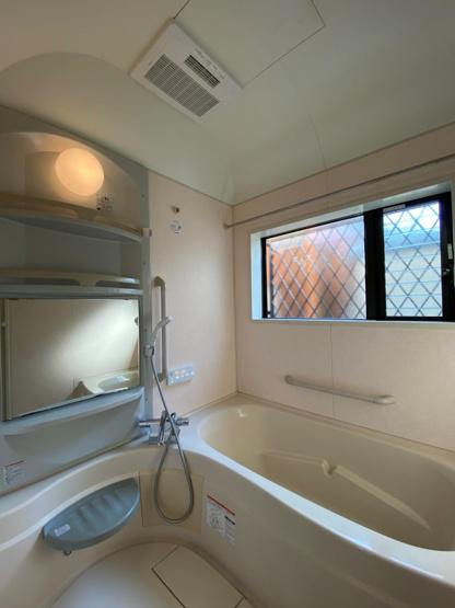 大人ひとりが足をのばしてゆったりとくつろげる浴槽で、のんびりと疲れた身体を癒せます。 追炊き機能付きなので、家族で入浴時間が違っても温かい湯船につかれますよ。