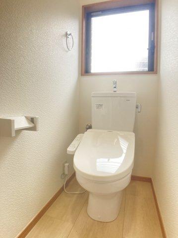 階段のおうとつが立体感がありおしゃれなトイレコーナーです。 温水洗浄便座に新品交換され快適にご利用頂けますよ。