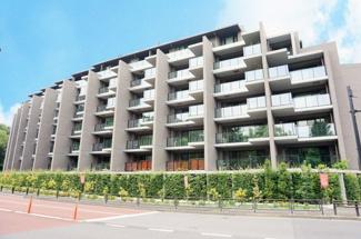 都会的でありながら自然と調和した外観のマンションです。
